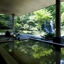 庭を眺める露天風呂