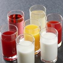 朝食バイキング〜ジュースと牛乳(【のぼりべつ牛乳もあります】)