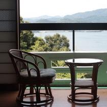 *【客室一例】窓際の椅子にかけてごゆっくりどうぞ
