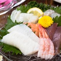 *夕食一例(夕食刺身)/しっかりした牛肉に負けない新鮮な魚介もご用意しています!