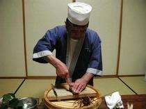 伊勢海老は豪快に目の前で料理します
