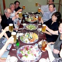 みんなでワイワイ食べるのがおいしい〜♪土佐名物の皿鉢を囲んで楽しい夕食タイム!