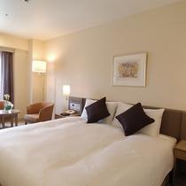 *スタンダードダブル/180cm幅ダブルベッド使用。落ち着いたトーンのお部屋です。