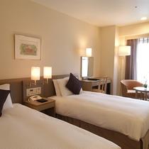 *スタンダードツイン/全室シモンズ製ベッドにデュベタイプの寝具を使用。