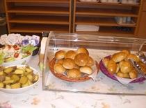 《無料》朝食―パンとサラダ