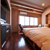 【二人静花】特別室/セミダブルベッドを備えた、広さ10畳のフローリングの客室。