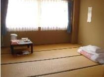=客室の一例= 大きな窓の広々和室 周辺はとっても静かな環境です。。。