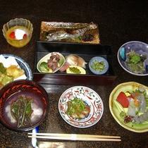 *<夕食一例>朝釣れたばかりの魚や手摘みの山菜など季節感に気を配り旬の贅沢な味わいをお届けします。