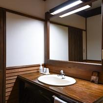 *【客室一例(1階ぶな)】シンプルな造りで、トイレはシャワー機能付です。