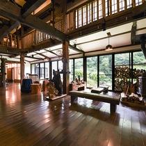 *【ロビー】大きな窓から四季の移り変わりを、そして吹き抜けとレトロな家具などがお楽しみいただけます。