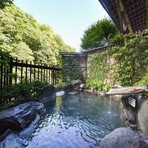 *【露天風呂】渓谷を見下ろし、川のせせらぎを聞きながら、やわらかいお湯。何度でもゆっくりどうぞ。