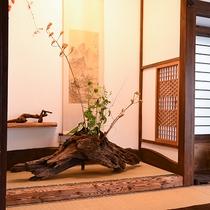 *【客室一例(1階しらかば)】古木を利用したデザインだったり、1部屋ごとに異なる造りとなっております