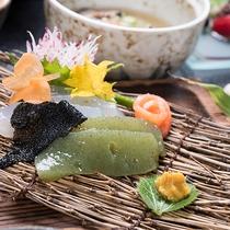 *【ご夕食一例(刺身こんにゃく)】素朴ながらも、どこか懐かしい、そんなお料理をお楽しみください。