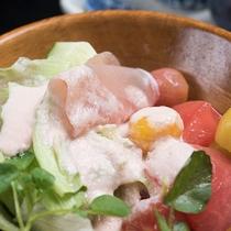 *【ご朝食一例(サラダ)】ほかほかご飯とご一緒にどうぞお召し上がりください。