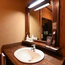 *【客室一例(1階しゃじん)】シンプルな造りで、トイレはシャワー機能付です。