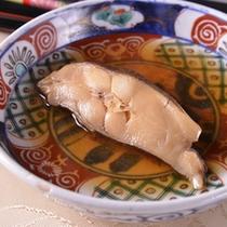 【ご夕食例(煮魚)】京都で日常に食されているお野菜・お惣菜を皆さまに。