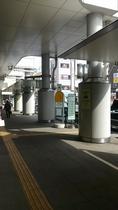 ③小田原駅東口ロータリー駅を背に左方向へ