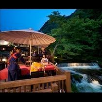 【川どこ】夜の川どこはライトアップされた屋外の会食上