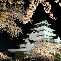 ★鶴ヶ城ライトアップ★桜の咲き誇る春の鶴ヶ城。昼とは違う幻想的な雰囲気は一見の価値あり!