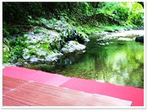 川床からの風景。川の涼しさ、澄んだ空気を体感。