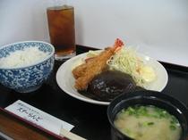 合宿夕食例(ハンバーグ)