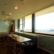 館内施設をご紹介★室内の「体験」用スペース。この部屋も海側で景色◎です
