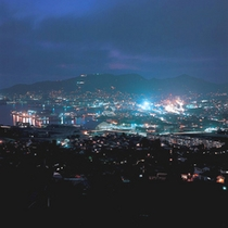 <佐世保港 夜景イメージ>港沿いの夜道を、手をつなぎながら散歩…ロマンチックな佐世保デートスタイル。