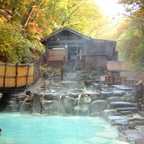 【蔵王温泉大露天風呂】大露天風呂は4段あり、上流2段が女性用、下流2段が男性用です。