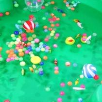 スーパーボールと水ヨーヨーうまくすくってね。