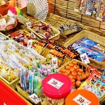 駄菓子売ってます♪20円〜200円でーす。