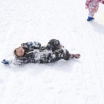 雪に寝転がってあそぼ!