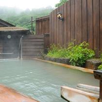 *優しい肌触りが嬉しい、桧の露天風呂