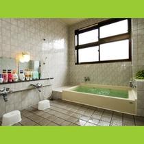 清潔感のある、広々としたお風呂です。