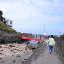 *【道順】徒歩③ 赤い橋が見えてきます。