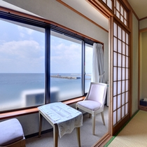 *【本館和室】部屋からも美しい三浦半島の海をご覧いただけます。