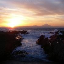【近隣風景】夕暮れ時には、フロント前から夕日と富士の美しい眺めをご覧いただけます!