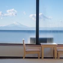 *【本館和室(一例)】大きな窓からは、相模湾と港が楽しめます(角部屋)