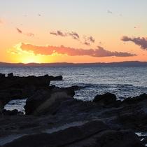*【夕陽】当館目の前の岩場からは、海に沈む夕陽をご覧いただけます。