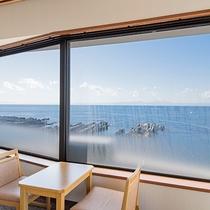 *【本館和室(一例)】お部屋から眺める港の景色。