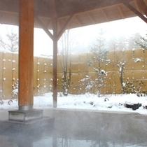 雪が降ると庭園風の露天風呂も雪化粧に♪