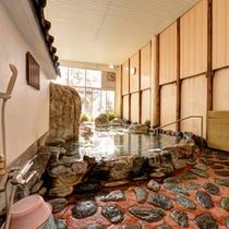 *女湯/自然石をふんだんに使用した岩風呂。まるで露天風呂に入っているような感覚を味わえます。
