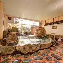 *男湯/自然石をふんだんに使用した岩風呂。まるで露天風呂に入っているような感覚を味わえます。