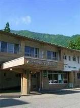 高原の中に建つ国民宿舎。爽やかな空気と豊富なアウトドア施設が自慢。