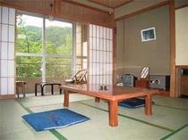 客室。部屋からは周りの木々や山が望める、高原の宿。