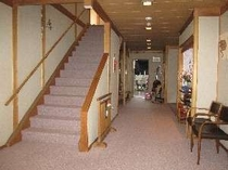 ⑦フロントから見た1階ロビーと2階へのゆったりした階段 貸切風呂は階段の下、画面中央の左側にあります