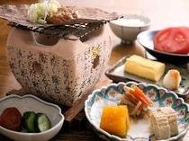 ⑫朝食には炭火で焼く朴葉味噌や、出し巻き玉子、飛騨の郷土料理が並びます(一例)