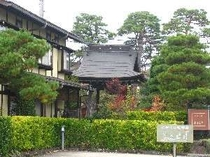 ④となりの願生寺の鐘楼を借景にして、庭が造ってあります