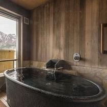 『更待ち月』の露天風呂は陶器造り