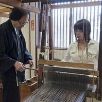 「こころ号」秋の1コース 塩沢つむぎ記念館では機織り体験もできます。