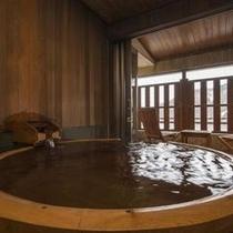 『臥待ち月』の露天風呂はひのき樽